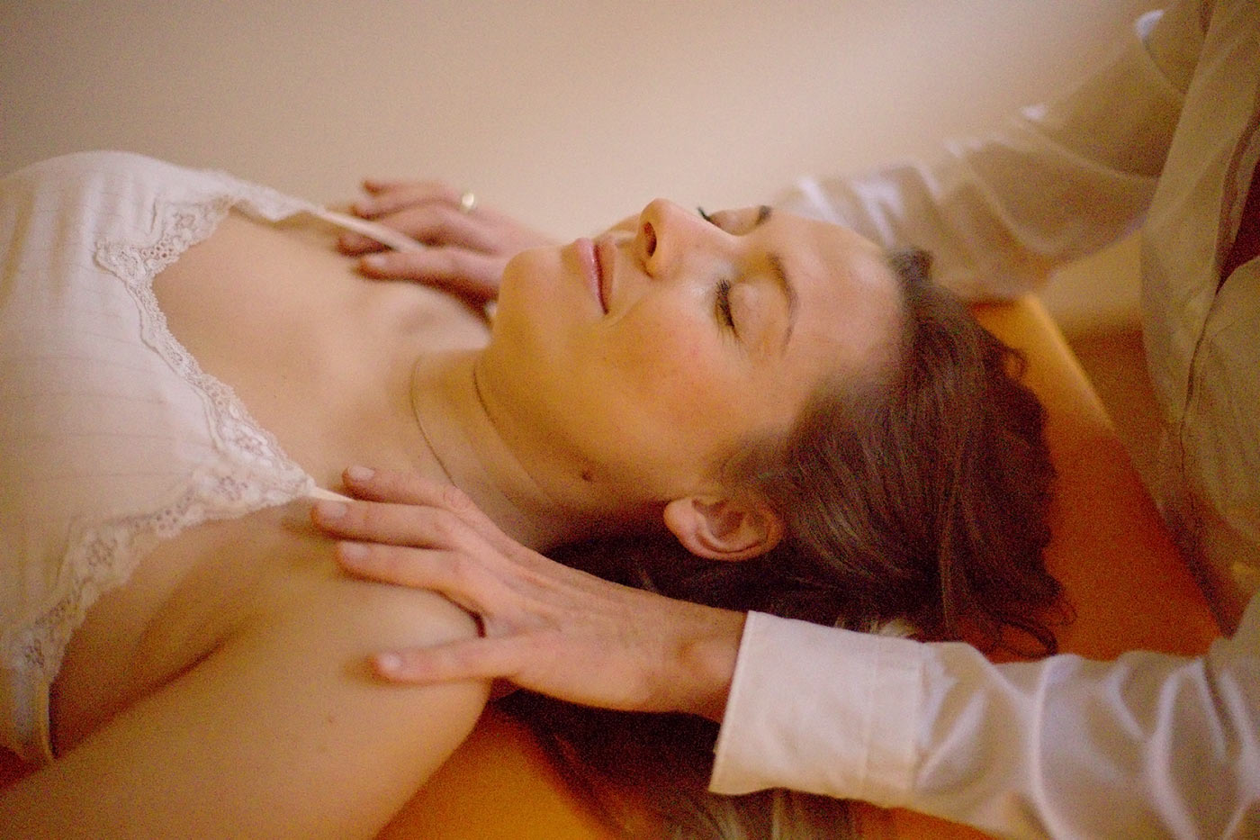 A woman's shoulders are being treated. osteopathic treatment